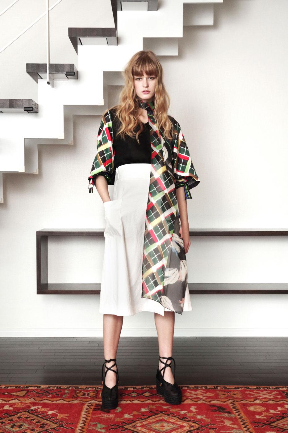19027 Knit Shirt ¥26,000, 19043 Skirt ¥24,000