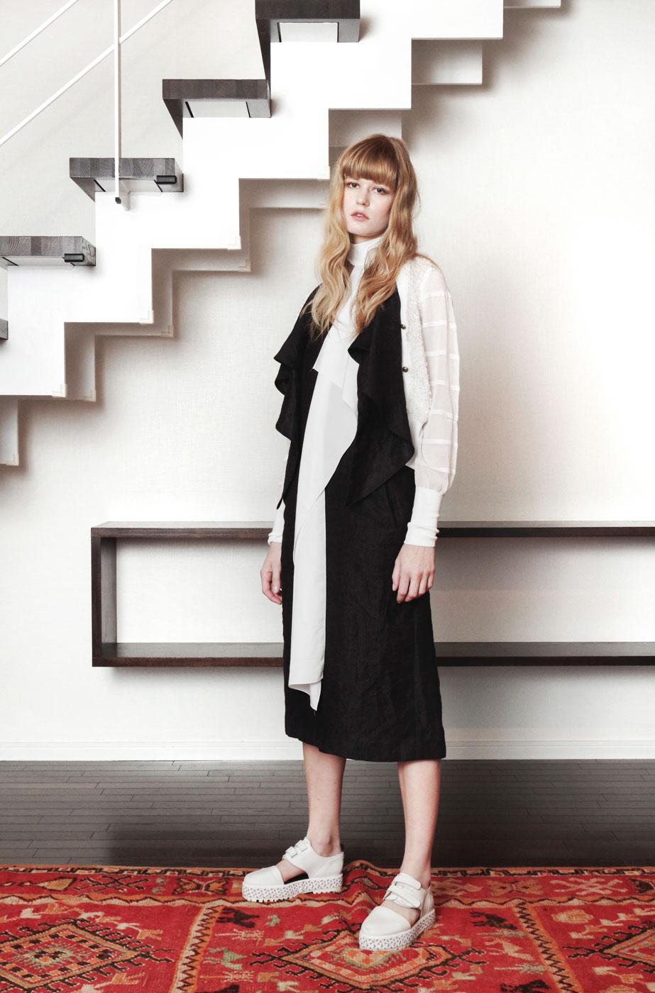 19039 Cardigan ¥24,000, 19003 Dress ¥48,000, 19038 Scarf ¥9,000
