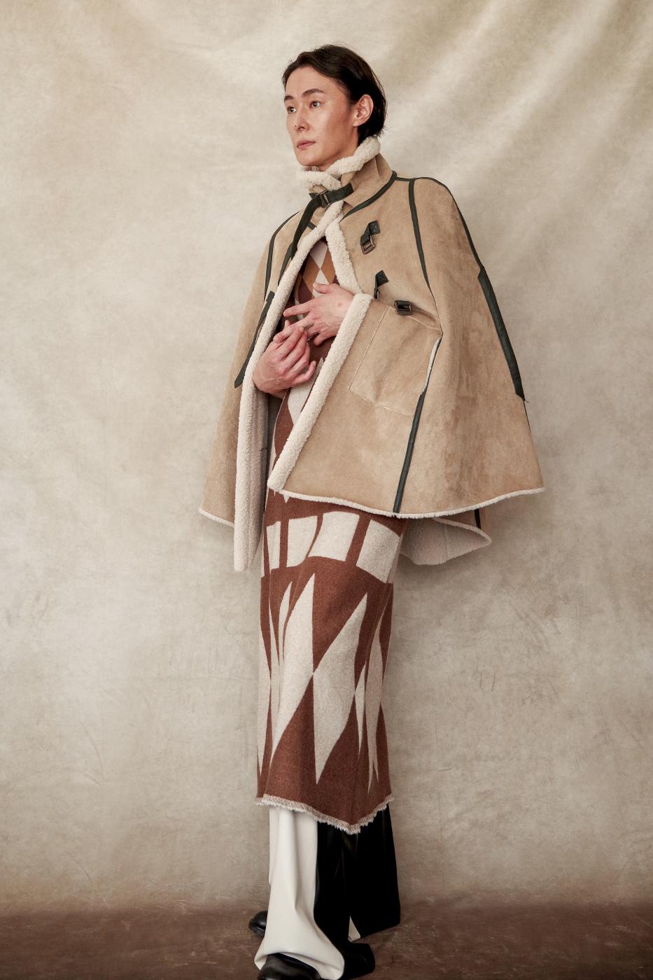 192003 Fake suede cape ¥73,000, 192015 Dress ¥40,000, 192065 Pants ¥26,000
