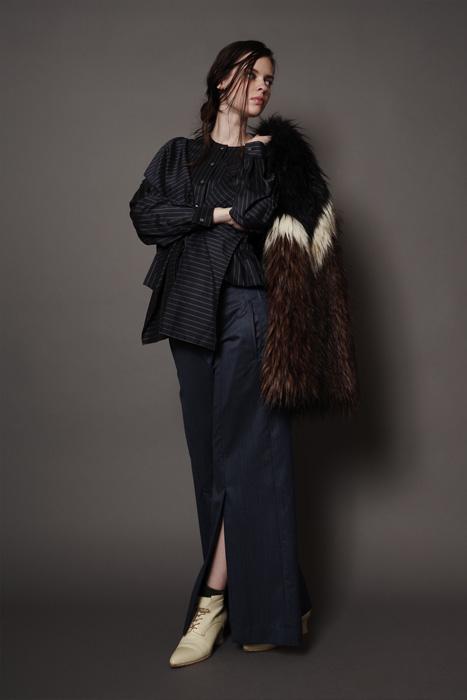 aF-181902 Fur Blouson ¥48,000, aF-181931 Blouse ¥28,000,  aF-181921 Pants ¥27,000