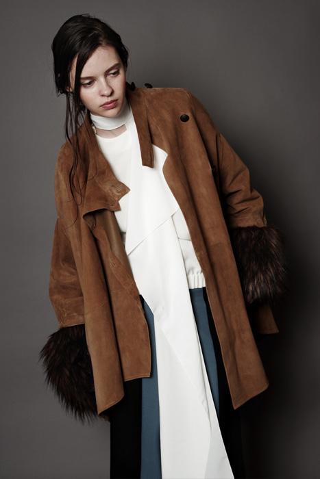 aF-181912 Coat ¥170,000, aF-181924 Blouse ¥30,000,  aF-181922 Pants ¥24,000, aF-181957 Scarf ¥7,500