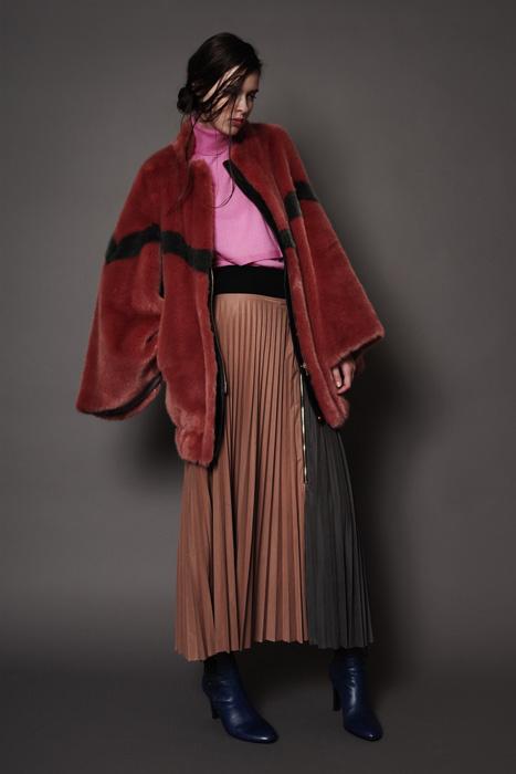 aF-181904 Blouse ¥78,000, aF-181952 Sweater ¥18,000,  aF-181928 Skirt ¥26,000