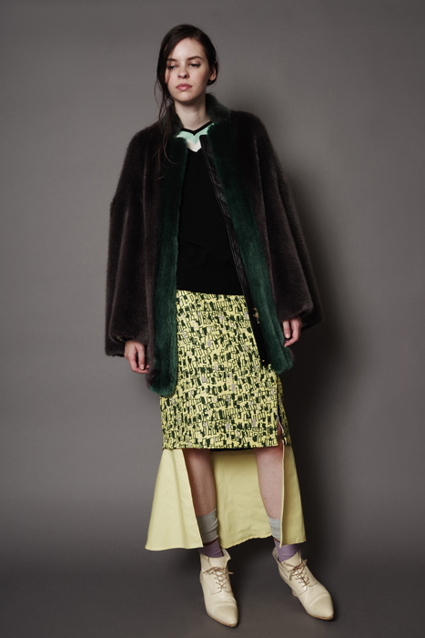 aF-181903 Blouson ¥78,000, aF-181949 Sweater ¥38,000,  aF-181938 Skirt ¥32,000