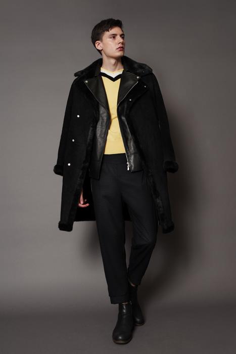 aF-181927 Coat ¥65,000, aF-181949 Sweater ¥38,000,  aF-181926 Pants ¥24,000