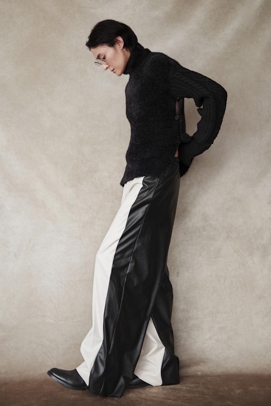 192048 Knit ¥26,000, 192065 Pants ¥26,000