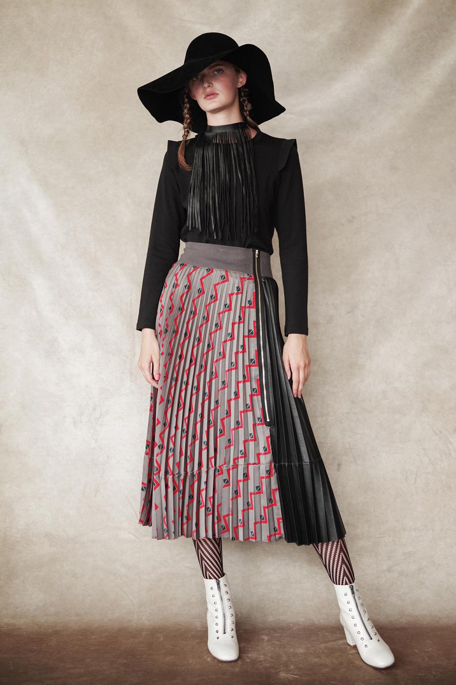 192053 T-shirt ¥13,000, 192038 Skirt ¥28,000