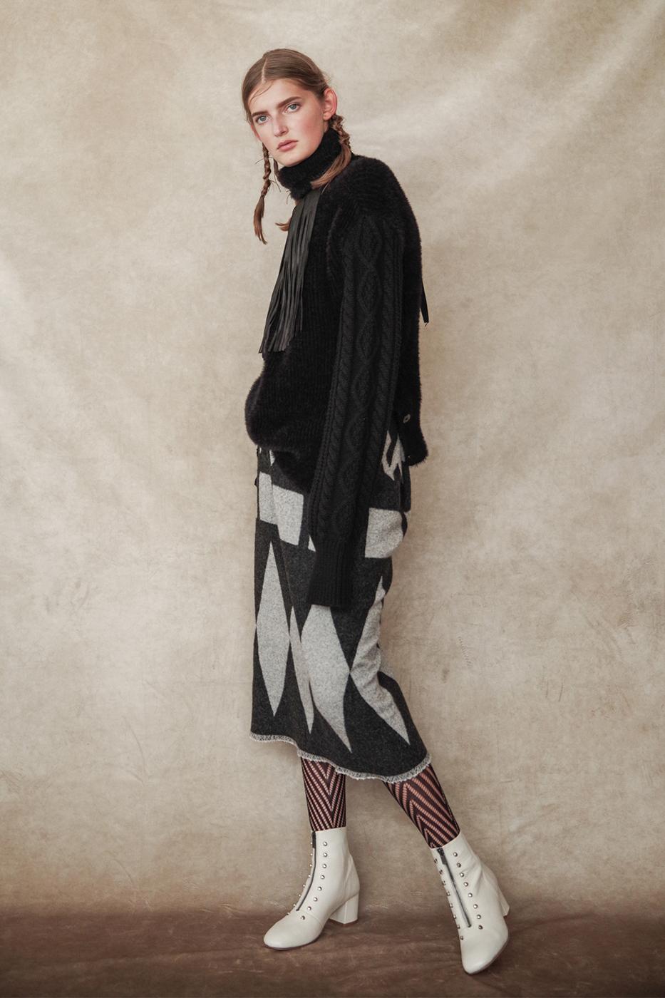 192048 Knit ¥28,000, 192016 Skirt ¥30,000