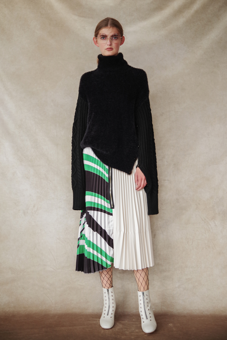 192048 Knit ¥28,000, 192042 Skirt ¥28,000