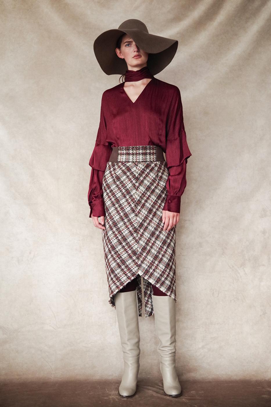 192045 Blouse ¥27,000, 192020 Skirt ¥30,000